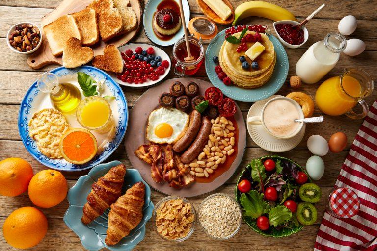 שולחן עם ארוחת בוקר