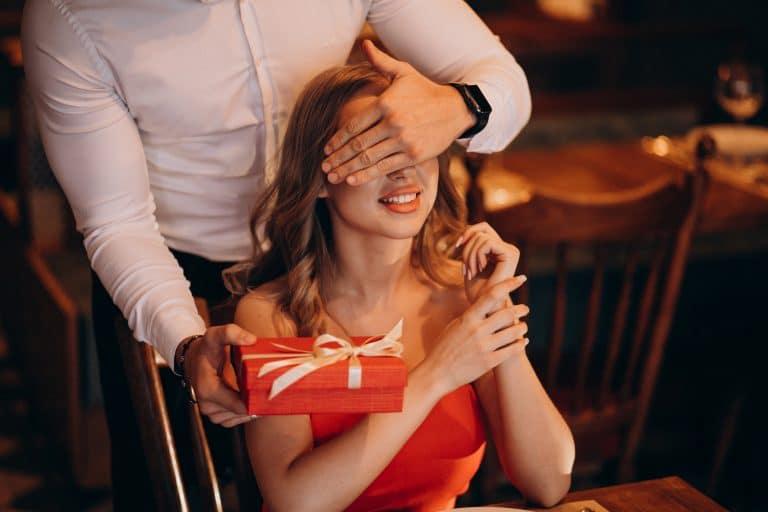 גבר נותן מתנה מקורית לאישה