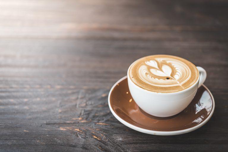 ספל קפה הפוך על שולחן מעץ