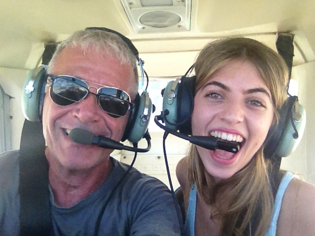שיעור טיסה על מטוס קל במתנה לחברה טובה