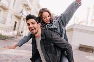 זוג שמח אחרי שהתנסה באטרקציה זוגית